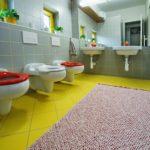 Koupelna s dětskými toaletami